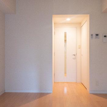 ドアの右手に見えるのがクローゼット。