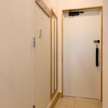 玄関にはコート掛けと鏡付きです!