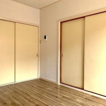 左の扉はキッチンへ、右の扉は和室へつながります。※写真は1階の同間取り別部屋のものです