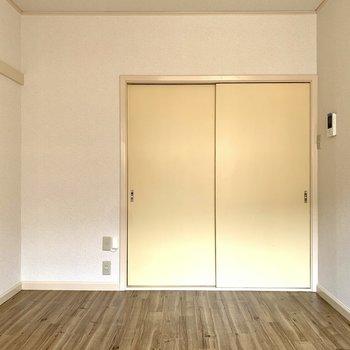 ブラウンの床が落ち着きます※写真は1階の同間取り別部屋のものです