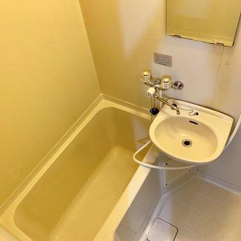 清掃しやすい2点ユニットのお風呂です。※写真は1階の同間取り別部屋のものです