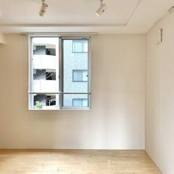 家具は内装に合わせてビビットカラーにすると、ちょっとレトロフューチャーな雰囲気に。
