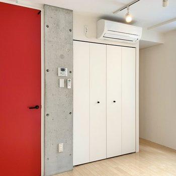 真っ赤な扉とコンクリ、ナチュラルな床が上手く調和しています。