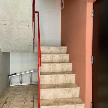 お部屋までは階段です。幅はやや狭めなので、大きい荷物の際はご確認を。