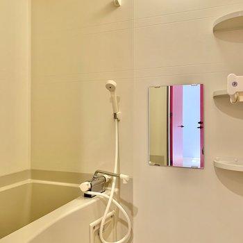 浴室乾燥機付きです。鏡もあって洗顔がしやすい。