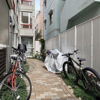 自転車は共用部に置くようです。