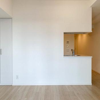 窓側から見ると。左端に収納があります。※写真は12階の同間取り別部屋のものです