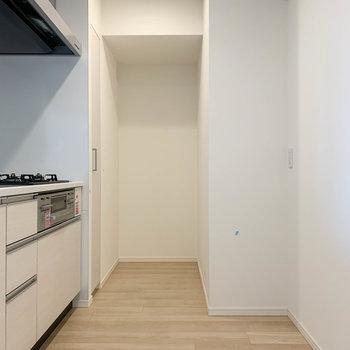 キッチンスペースは広めの作り。※写真は12階の同間取り別部屋のものです