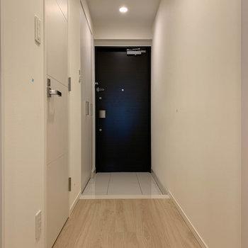 玄関周りへ。※写真は12階の同間取り別部屋のものです