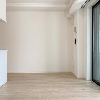 逆側もシンプルな内装。※写真は12階の同間取り別部屋のものです