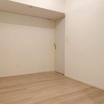 洋室の奥に、脱衣所への扉があります。※写真は12階の同間取り別部屋のものです