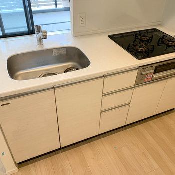 キッチンは3口ガスです。※写真は12階の同間取り別部屋のものです