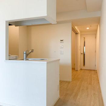 リビングからキッチン、さらに奥に洋室があります。※写真は12階の同間取り別部屋のものです
