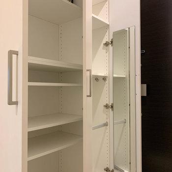 シューズボックスには鏡付きです。※写真は12階の同間取り別部屋のものです