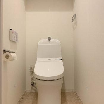 玄関近くにトイレがあります。※写真は12階の同間取り別部屋のものです