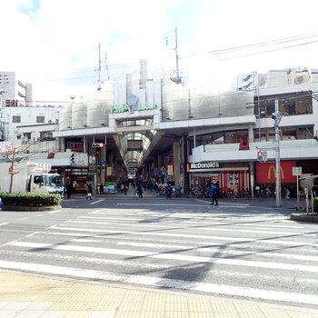 近くには活気のある商店街がありますよ!