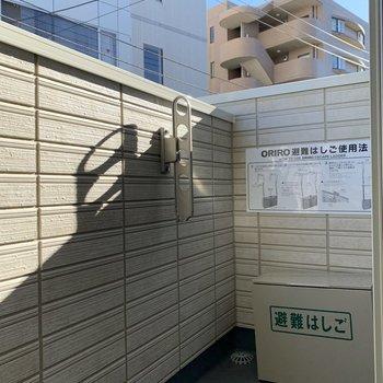 バルコニーで洗濯物を干せます。