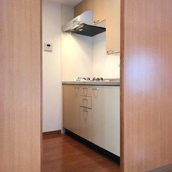 キッチンには戸棚がたっぷりあって収納しやすい。