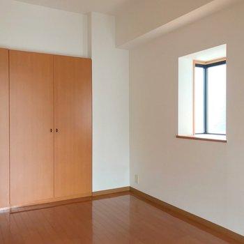 5帖の洋室は大きなベッドも入る広さ。出窓には何を飾ろう。