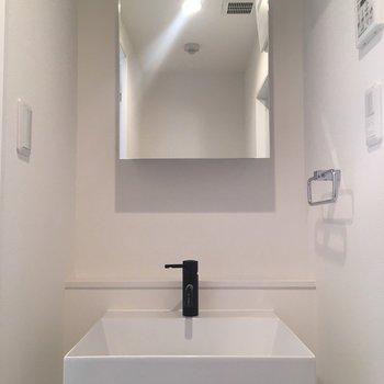洗面台はシンプルなデザイン※写真は8階同間取り・別部屋のものです。