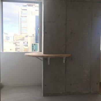ドアを開けるとすぐ窓です※写真は8階同間取り・別部屋のものです。