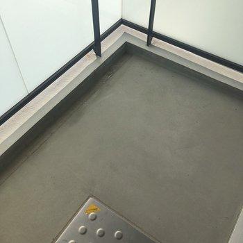 ベランダはコンパクトサイズ※写真は8階同間取り・別部屋のものです。