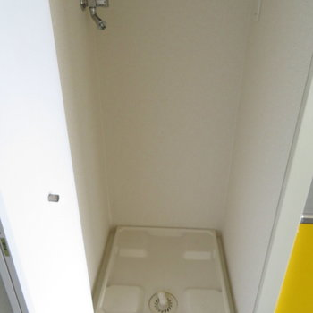 玄関横に洗濯機置き場が(※写真は11階の同間取り別部屋のものです)