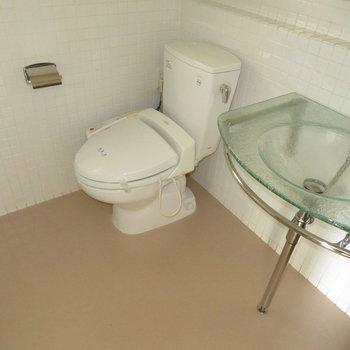 洗面台とトイレです(※写真は11階の同間取り別部屋のものです)