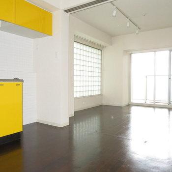 原色のキッチンがよく目立つ(※写真は11階の同間取り別部屋のものです)