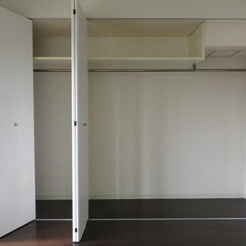 収納は広々(※写真は11階の同間取り別部屋のものです)