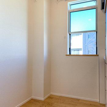 向かいに冷蔵庫と小窓で換気もできます。