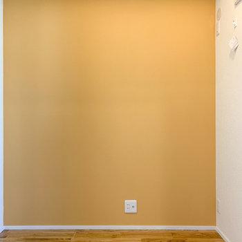【洋室4.23帖】こちらはオレンジの壁に。