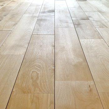 【LDK】床はバーチの無垢材を使用しています。※写真は前回募集時のもの