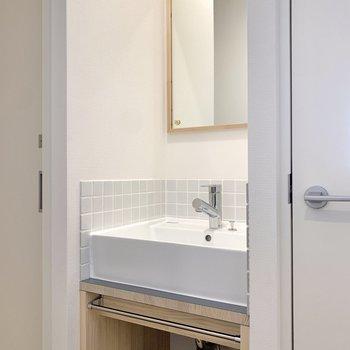 ミニマルなデザインの洗面台。※写真は前回募集時のもの