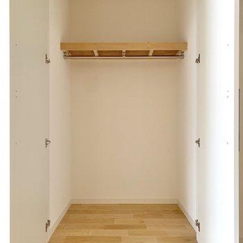 【洋室】こちらにも容量のある収納。※写真は前回募集時のもの