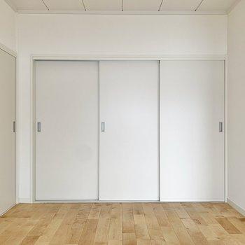 【LDK】扉を開けて洋室へ参りましょう!※写真は前回募集時のもの