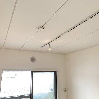 【LDK】天井はライティングレールでスタイリッシュに。※写真は前回募集時のもの