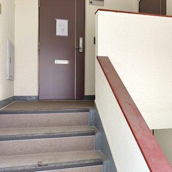階段上って3階のお部屋ですよ。