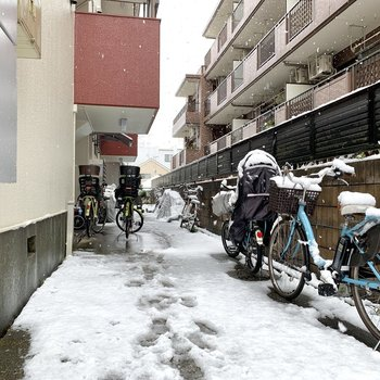 自転車やバイクを停めて置けるようですね。