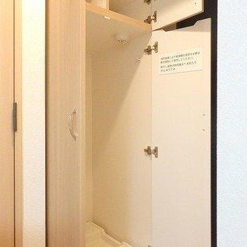 玄関のお隣には洗濯機置き場が。上にはシューズクローゼット(次の写真でズームアップ)※写真は2階の同間取り別部屋のものです