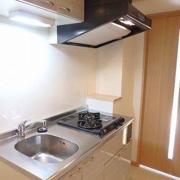 キッチンはきちんとガスコンロ2口!※写真は2階の同間取り別部屋のものです