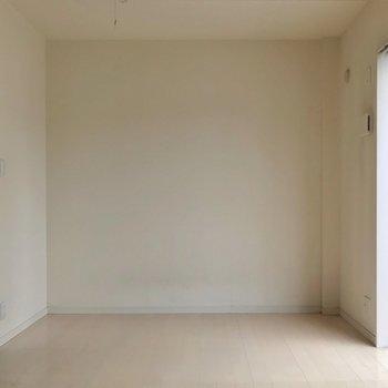 洋室は6帖で、書斎兼寝室にできる広さ。(※写真は清掃前のものです)