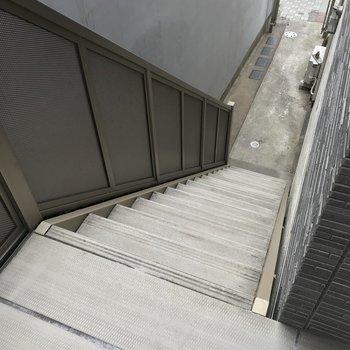 この階段をのぼって2階まで。1人用の冷蔵庫や洗濯機なら問題なく搬入できそう。