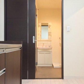 脱衣所もゆったり。キッチンと近いので朝食をつくりながら支度ができますね。(※写真は清掃前のものです)