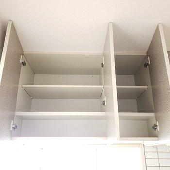 キッチン上部には棚が!(※写真は7階の同間取り別部屋のものです)