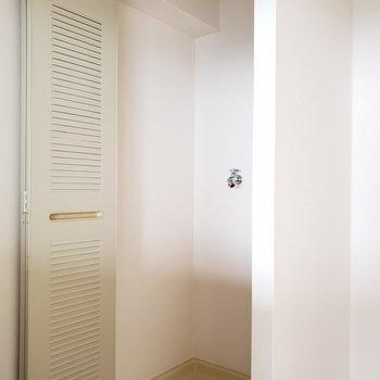 キッチン後ろにはなんと洗濯機置場が・・!(※写真は7階の同間取り別部屋のものです)