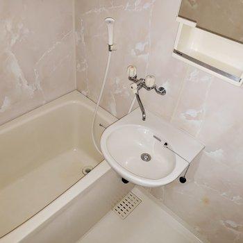 壁紙が美しい癒されるバスルーム★鏡の裏は・・・(※写真は7階の同間取り別部屋のものです)