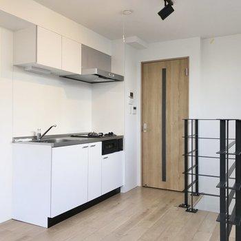 【1階】キッチン横に、冷蔵庫とラックが並べて置けそうでう。