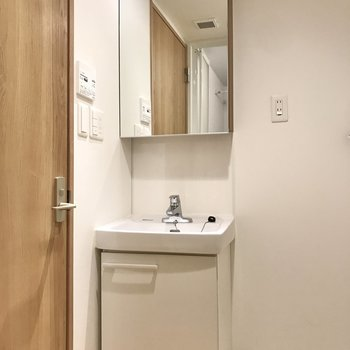 【1階】シンプルなフォルムの洗面台。