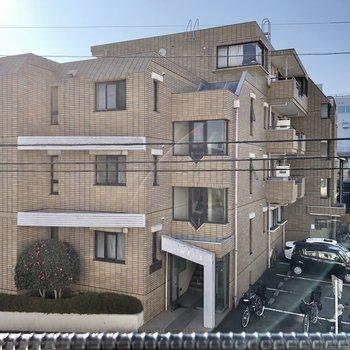 【2F】道路とマンションが見えました。